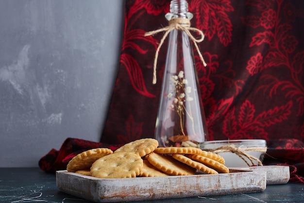 木製トレイのバタークッキー。