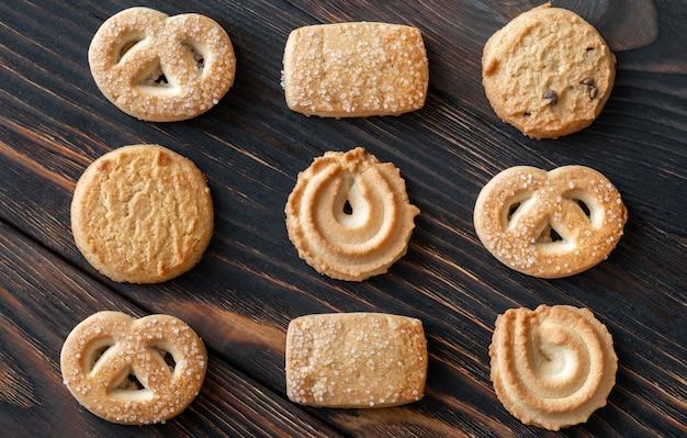 Сливочное печенье на деревянных фоне
