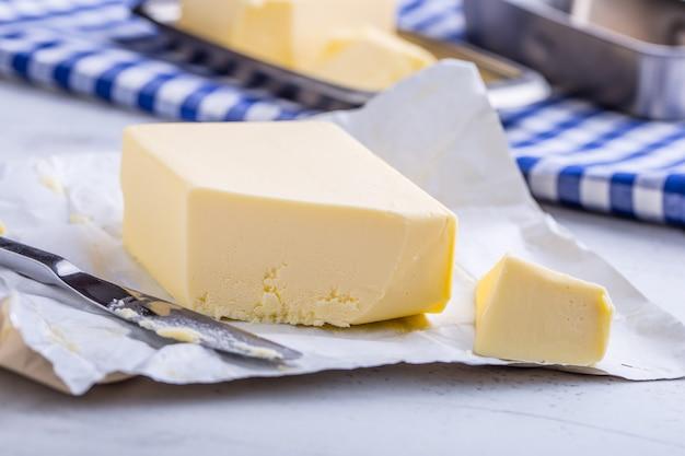 Масло сливочное. свежее масло на кухонном столе.
