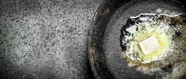 古い鍋にバターを塗る