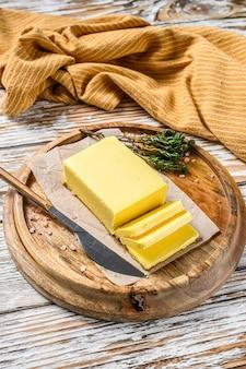 나무 보드에 버터