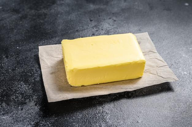 블랙 테이블에 공예 종이에 버터.