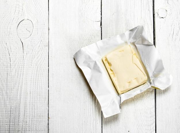 Масло на бумаге. на белом деревянном фоне.