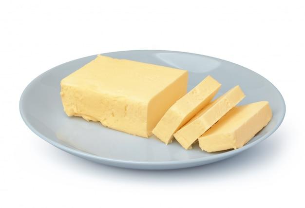 白い背景で隔離の白いプレート上のバター