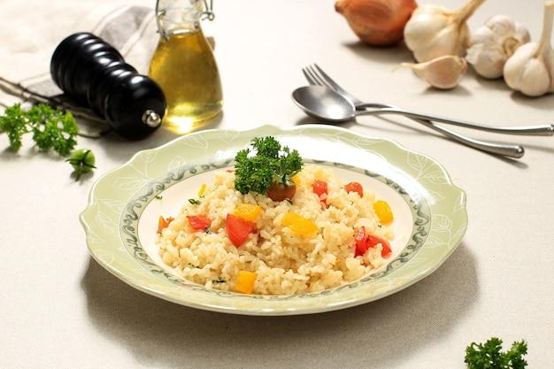 Масляный рис наси горенг или жареный рис с красной и желтой паприкой, меню на завтрак