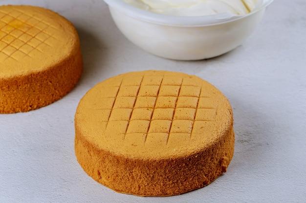 装飾前の白いアイシングのバターソフトケーキ。