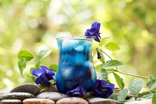 自然の背景に蝶エンドウ豆の花のジュース
