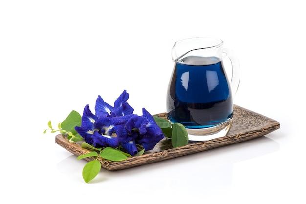 蝶エンドウ豆の花と白い背景で隔離のジュース。