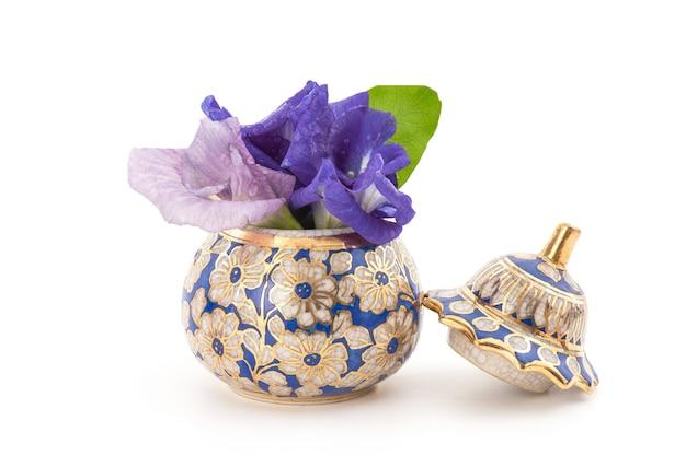 白で隔離される蝶エンドウ豆の花とお茶。