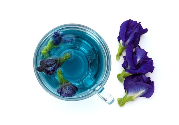 白で隔離される蝶エンドウ豆の花とお茶