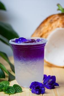 Гороховый сок бабочки с кокосом на деревянной поверхности