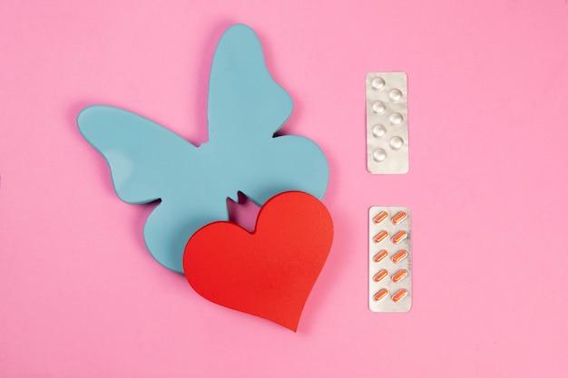 2つの臓器に関連する問題の治療に関連する甲状腺と心臓の形を象徴する蝶