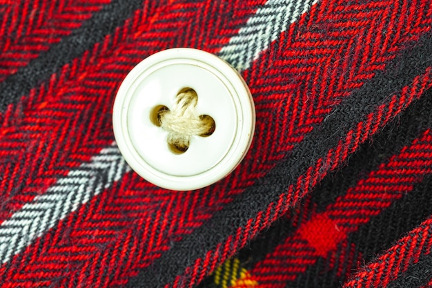 Кнопка на красной рубашке clouse текстуры фона фото
