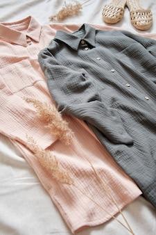Ночные сорочки из муслина на пуговицах нежно-розового и серого цветов рядом - удобные и стильные домашние тапочки.