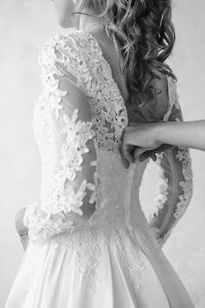 Застегивание свадебного платья невеста застегивает платье день свадьбы сбор невесты