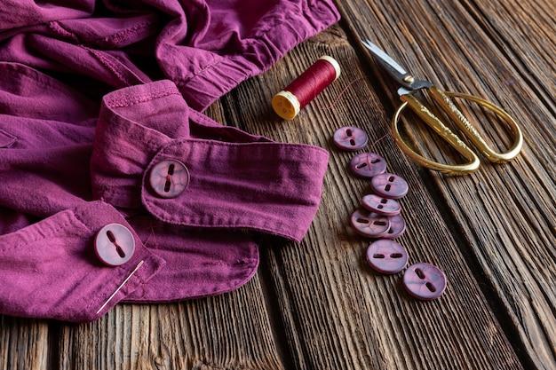 Пуговицы, пришитые к одежде. натуральная льняная ткань, пошив одежды, медленная мода,