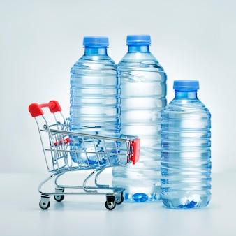 水の概念のスーパーマーケットのボトルで購入します。水の配達。