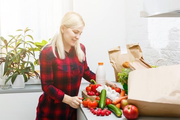即購入。製品を提示する幸せな女性。製品またはサービスの宣伝。製品プロモーション。製品広告。今すぐ注文。