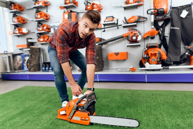 Buyer checks how the chainsaw works.