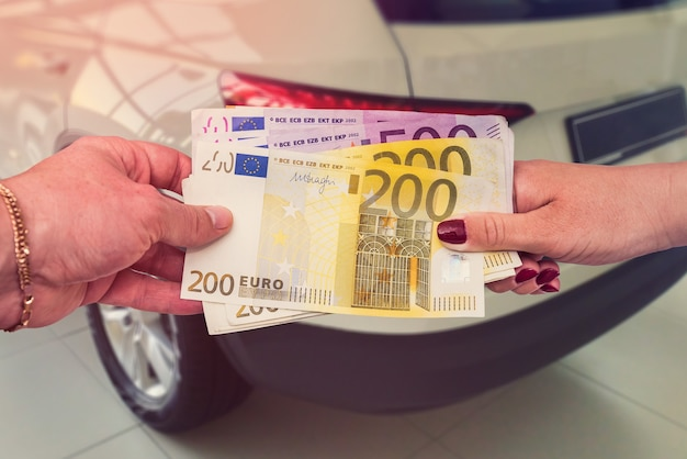 The buyer gives the seller a euro to enter into a contract to buy or lease a car