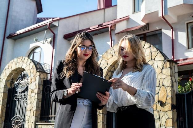 買い手は売り手と新しい家を購入または賃貸する契約に署名します。成功取引