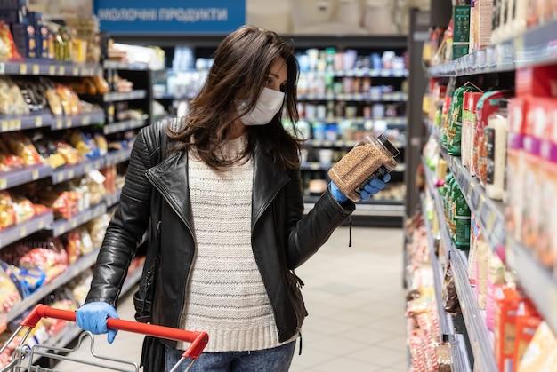 キエフの大規模な食料品ショッピングセンターのバイヤーは、コロナウイルスのパンデミック時に必需品を購入します