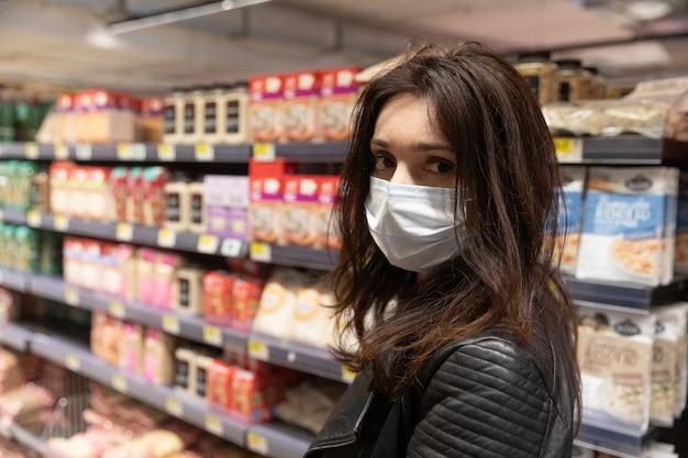 Покупатели в большом продуктовом торговом центре в киеве покупают товары первой необходимости во время пандемии коронавируса