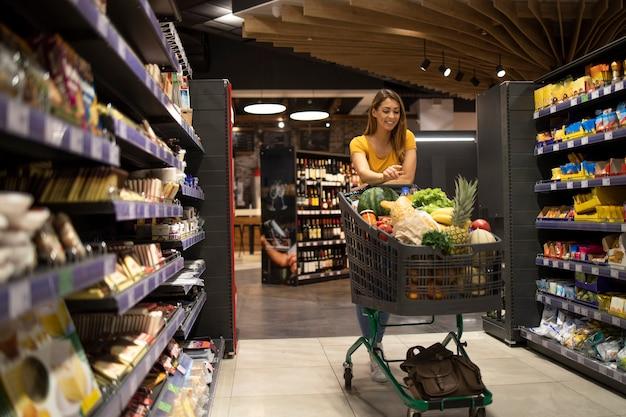 식료품 점에서 음식 구매