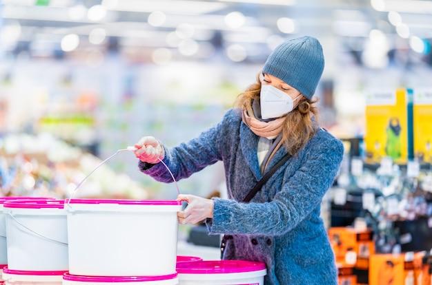 店内で若い女性がペイントカラーを購入する