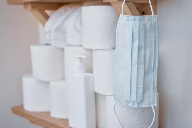 Покупка паники для домашнего карантина из-за коронавируса. оставайтесь дома для концепции защиты covid-19. запасы туалетной бумаги в рулонах на полке