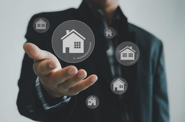 Покупка, продажа и аренда домов или концепции недвижимости, собственности в интернете, бизнесмен вручает концепцию виртуального экрана.