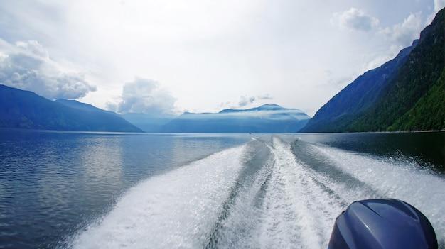 湖でボートで、アルタイテレツコイ湖