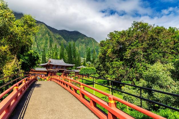 Byodo-в японском храме в окружении прекрасной природы острова оаху, гавайи