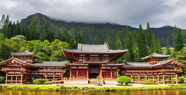 Byodo-in японский храм с прудом во фронте, остров оаху, гавайи