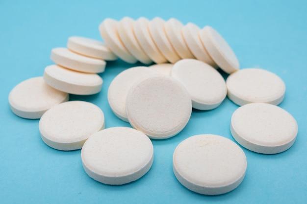 健康とウイルスに対するビタミンとミネラルのサプリメント、炭酸ビタミンcタブレットのクローズアップ