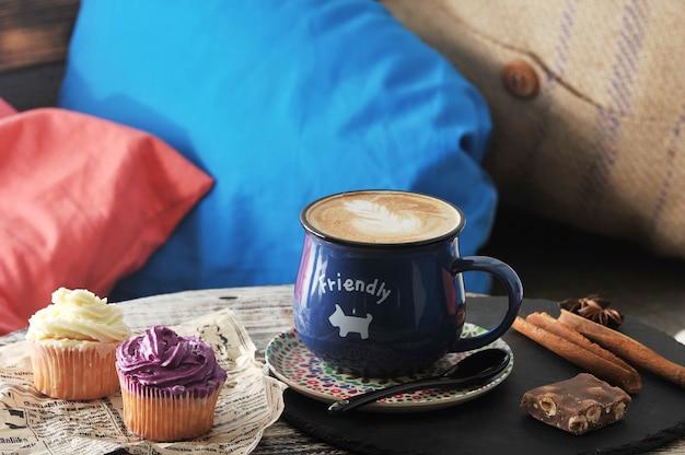 Утренний завтрак в кафе © капучино