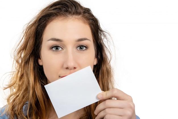 Счастливая усмехаясь красивая молодая женщина показывая пустой шильдик или c