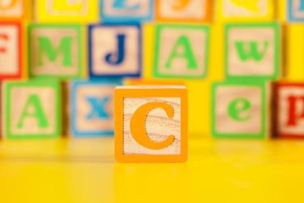 カラフルな木製表面の写真ブロック文字c