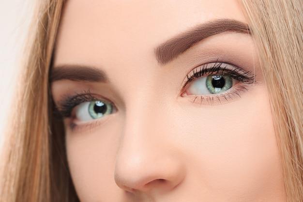 Cплохое лицо красивой девушки с красивыми большими голубыми глазами