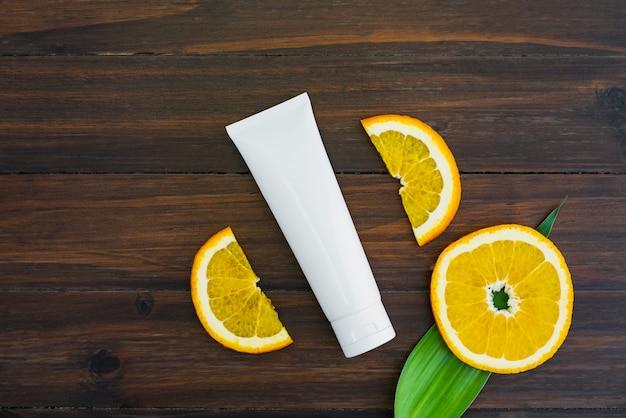 オレンジのフルーツエキスから作られる白いビタミンcのボトルとオイル、空白の美容製品ブランド。上面図