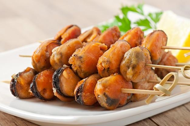 ムール貝の串焼きオニオン添えcインゲンとパプリカの付け合わせ