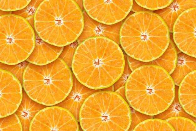 スライスされたオレンジ色の背景農産物高ビタミンcと繊維
