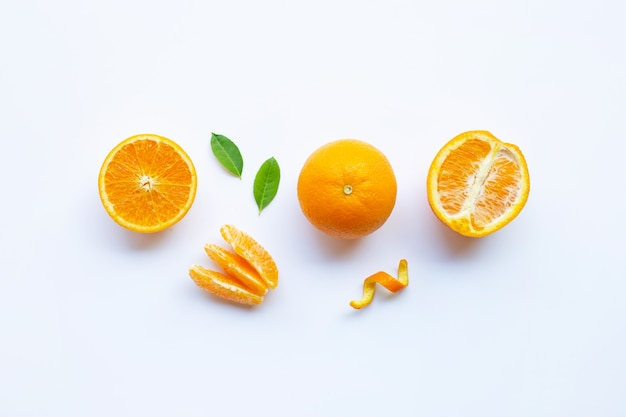 高ビタミンc。新鮮なオレンジ色の柑橘系の果物、白で隔離される葉