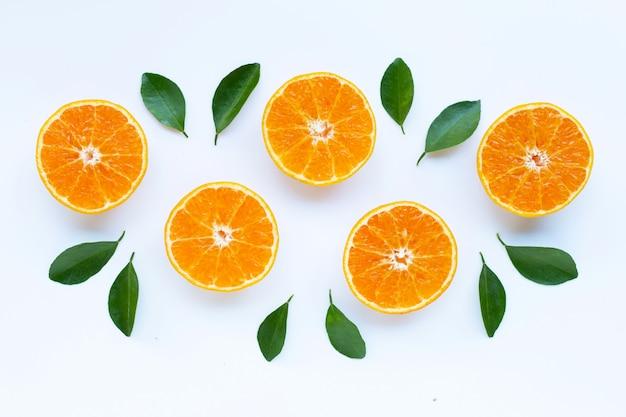 高ビタミンc、白い背景の上の葉を持つオレンジ色の果物。