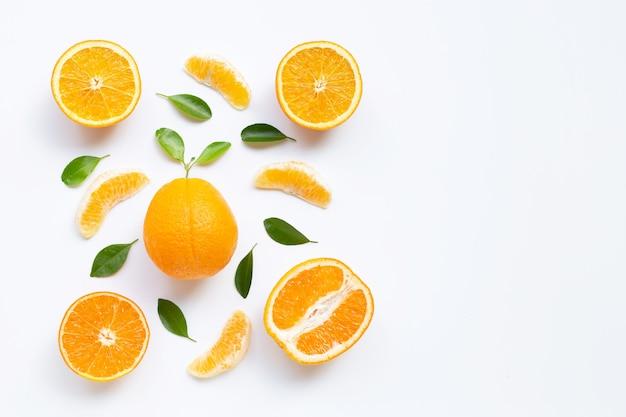 高ビタミンc。白で隔離される葉を持つ新鮮なオレンジ色の柑橘系の果物。