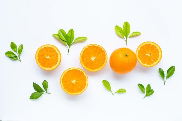 高ビタミンc、ジューシーで甘い。白地に緑の葉と新鮮なオレンジ色の果物