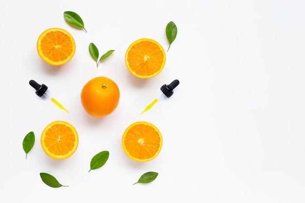 白の新鮮なオレンジ色の果物と柑橘系オイル天然オレンジビタミンc