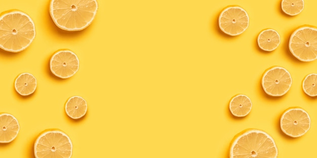 高ビタミンc、ジューシーで甘い。バナーやポスターの黄色の背景に新鮮なオレンジオレンジフルーツパターン。コピースペース