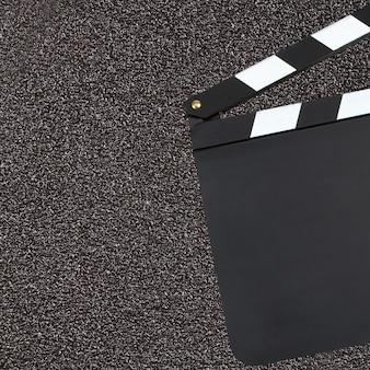 Cと暗い背景上の空白の映画生産クラッパーボード