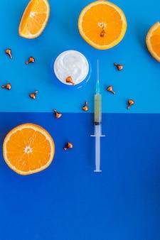 シトラスオレンジエッセンシャルオイル、フェイスクリーム、ビタミンcセラム、ビューティーケアアロマセラピー。自然な化粧品、新鮮なジューシーなオレンジ色の果物。美容ビタミン成分。代替